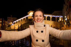 Femme prenant le selfie près du pont de Rialto dans Noël Venise Image libre de droits