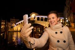 Femme prenant le selfie près du pont de Rialto dans Noël Venise Photo stock
