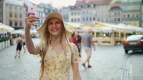 Femme prenant le selfie sur la place Femme attirante posant pour le selfie et la position sur la place de ville banque de vidéos