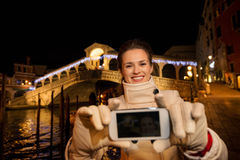 Femme prenant le selfie tout en passant le temps de Noël à Venise Photographie stock