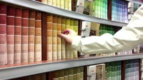 Femme prenant quelques échelles de couleurs de palatte banque de vidéos