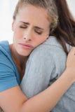 Femme prenant son ami triste dans des ses bras Photos libres de droits