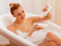 Femme prenant un bain images libres de droits