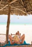 Femme prenant un bain de soleil sur la plage tropicale Image stock