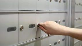 Femme prenant un courrier banque de vidéos