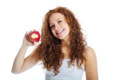 Femme prenant un dégagement hors d'une pomme photo libre de droits