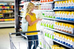 Femme prenant un produit dans le bas-côté Images libres de droits