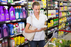femme prenant un sac de riz dans l'étagère du bas-côté Photo stock