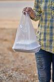 Femme prenant un sachet en plastique du déjeuner emballé Photos libres de droits