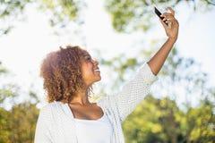 Femme prenant un selfie de téléphone portable photographie stock