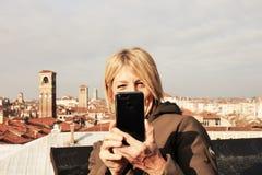 Femme prenant un selfie sur une terrasse à Venise image libre de droits