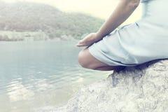 Femme prenant un souffle devant un lac enchanté Image libre de droits