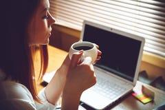 Femme prenant une pause-café image libre de droits