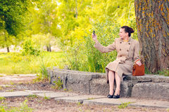 Femme prenant une photo avec le téléphone portable Images libres de droits