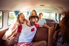 Femme prenant une photo de ses amis dans campervan Photos libres de droits