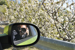 Femme prenant une photo des cerisiers photo stock