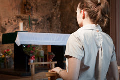 Femme priant à une modification Images libres de droits