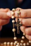 Femme priant avec le rosaire à Dieu Image libre de droits
