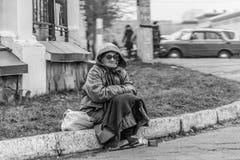 Femme priant pour des passants Photos stock