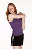 Femme principal rouge étirant l'épaule photo stock