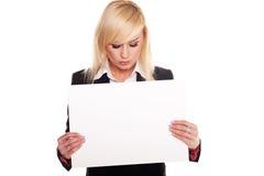 Femme professionnel retenant un panneau indicateur blanc Photographie stock libre de droits