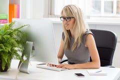 Femme professionnelle créative travaillant avec l'ordinateur Photographie stock libre de droits