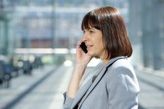 Femme professionnelle d'affaires parlant au téléphone portable image libre de droits