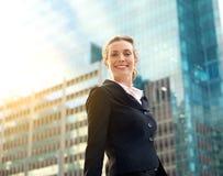Femme professionnelle d'affaires souriant dehors dans la ville photographie stock