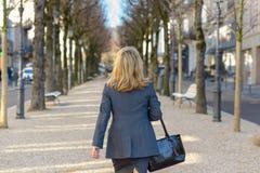 Femme professionnelle marchant à partir de la caméra photo libre de droits