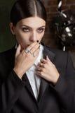 Femme profondément dans la pensée Or et Diamond Jewelry photographie stock