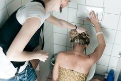 Femme projetant vers le haut dans la toilette Photo stock