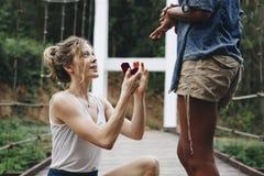 Femme proposant à son amie heureuse Images stock