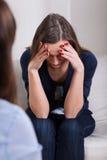 Femme prosternée sur la thérapie photos stock