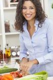 Femme préparant la salade saine de nourriture dans la cuisine Photographie stock libre de droits