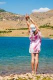 Femme près du lac dans le désert Photos stock