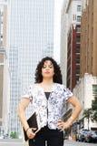 Femme puissant dans une ville photo stock