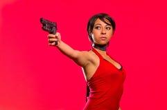 Femme puissante tenant une arme à feu, costume cosplay mauvais résident photos stock