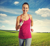 Femme pulsant au champ vert photo stock