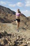 Femme pulsant en montagnes photos libres de droits