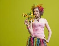 Femme punk avec les fleurs en plastique images stock