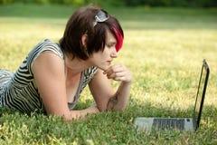 Femme punk sur l'ordinateur portatif Image libre de droits