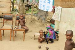 Femme pygméenne et ses enfants. Photographie stock