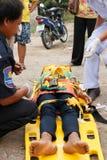 Femme que l'accident en la voiture était délivrance par le docteur et délivrance sur le site de l'accident Photo libre de droits