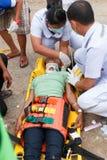Femme que l'accident en la voiture était délivrance par le docteur et délivrance sur le site de l'accident Photographie stock libre de droits