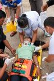 Femme que l'accident en la voiture était délivrance par le docteur et délivrance sur le site de l'accident Photos libres de droits