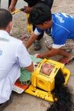 Femme que l'accident en la voiture était délivrance par le docteur et délivrance sur le site de l'accident Photos stock
