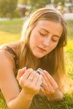 Femme que le photographe avec le vieil appareil-photo s'étend sur une herbe photos libres de droits