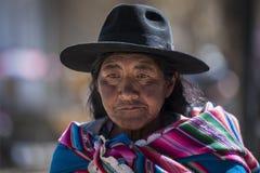 Femme Quechua indigène indigène non identifiée avec l'habillement et le chapeau tribals traditionnels, au marché de Tarabuco dima Photos libres de droits
