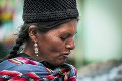 Femme Quechua indigène indigène non identifiée avec l'habillement et le chapeau tribals traditionnels, au marché de Tarabuco dima photographie stock libre de droits