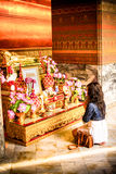 Femme qui rendent hommage à l'image de Bouddha en Wat Pho, Bangkok, Thaïlande Photo libre de droits